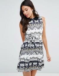 Платье с геометрическим принтом и поясом Yumi