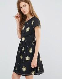 Платье с присборенной юбкой и цветочным принтом Yumi - Черный