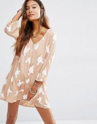 Платье с V-образным вырезом и отделкой Honey Punch - Телесный
