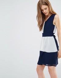 Платье в стиле колор блок с завязкой сзади Yumi