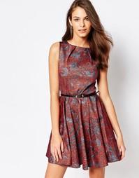 Короткое приталенное платье с принтом пейсли и ремнем Closet