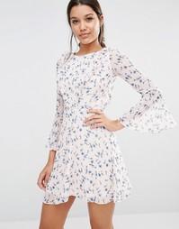 Короткое приталенное платье с принтом и оборками Michelle Keegan Loves Lipsy