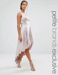 Приталенное платье с вышивкой Chi Chi London Petite - Серый