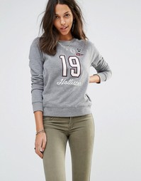 Свитшот в винтажном стиле с логотипом и нашивками Hollister - Серый