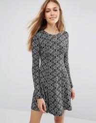 Свободное платье с длинными рукавами и принтом QED London - Черный