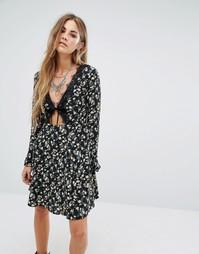 Чайное платье с цветочным принтом Glamorous - Черный цветочный
