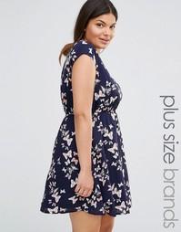 Короткое приталенное платье с принтом бабочек и поясом Yumi Plus
