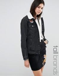 Джинсовая куртка с вышивкой тигра и воротником борг Glamorous Tall