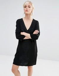 Цельнокройное платье с глубоким v-образным вырезом и вышивкой See U So