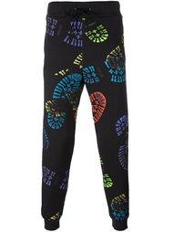 спортивные брюки с принтом следов Moschino