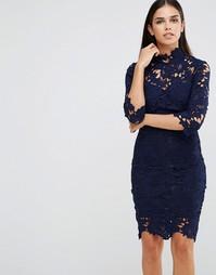 Платье-футляр из кружева кроше с высоким воротом Club L - Темно-синий