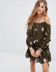 Платье с открытыми плечами и цветочным принтом Glamorous