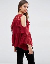 Блузка с открытыми плечами, оборкой и кружевной вставкой ASOS
