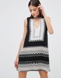 Платье с платочным принтом и горловиной-чокер Parisian