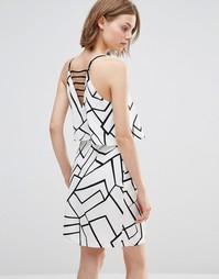 Платье с вырезом сзади и геометрическим принтом Adelyn Rae - Белый