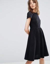 Короткое приталенное платье с перфорацией на рукавах YMC - Черный