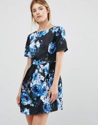 Приталенное платье со свободной юбкой и цветочным принтом Girls On Film - Синий