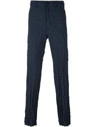 брюки кроя слим с эффектом помятости Issey Miyake