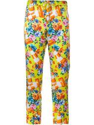 брюки с принтом цветов и дорожного конуса Moschino