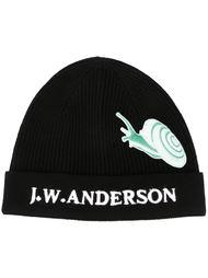 шапка с вышивкой улитки J.W.Anderson