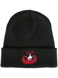 шапка в рубчик с принтом амулета Dsquared2
