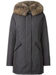 пальто с воротником из меха енота Woolrich