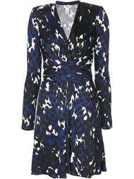 платье с запахом и абстрактным принтом Issa