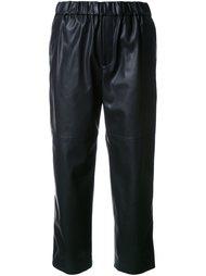 укороченные брюки с эффектом под кожу Astraet