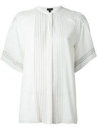 рубашками с короткими рукавами и строчкой Burberry Runway