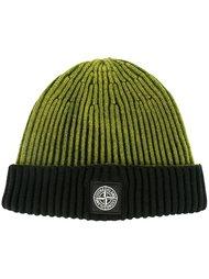 шапка в рубчик с контрастной заплаткой Stone Island