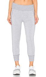 Женские спортивные брюки в рубчик из модала с закатываемым махровым поясом - Beyond Yoga