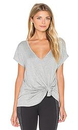 Облегающая сзади расклешенная футболка - Beyond Yoga