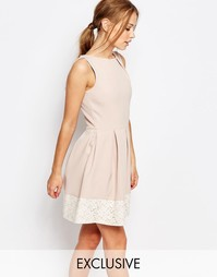 Короткое приталенное платье с кружевом Closet - Розовый