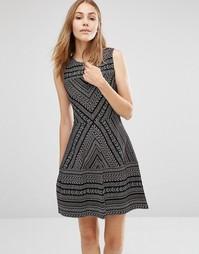Жаккардовое платье с шевронным узором BCBG MAXAZRIA - Черный