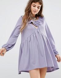 Платье с присборенной юбкой, оборкой и завязкой спереди Rokoko - Фиолетовый
