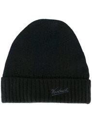 шапка с вышитым логотипом Woolrich