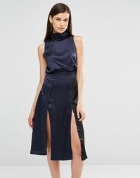 Атласное платье миди колор блок с разрезами Lavish Alice - Черный