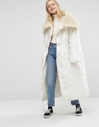 Длинная дутая куртка в стиле oversize с меховым воротником Monki - Белый