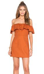 Платье с рюшами и открытыми плечами - KENDALL + KYLIE
