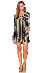 Цельнокройное платье на шнуровке с рукавами-колокол - Lucca Couture