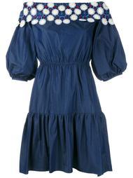джинсовое платье с открытыми плечами и вышивкой Peter Pilotto