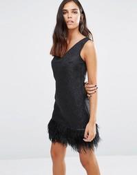Платье с V‑образным вырезом спереди и перьевой отделкой по низу Love & Other Things - Черный