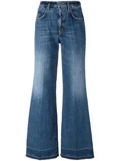 wide-legged jeans +People