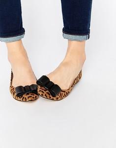 Туфли на плоской подошве с заостренным носком и бантиком Carvela March - Мульти