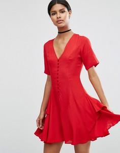 Чайное платье с пуговицами и ярусной юбкой ASOS - Красный
