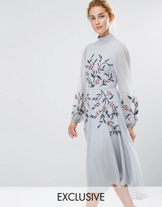Платье миди с вышивкой и высокой горловиной Hope & Ivy - Синий