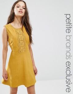 Короткое приталенное платье под замшу с аппликацией Glamorous Petite - Желтый
