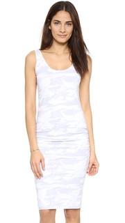 Платье со сборками и нейтральным камуфляжным принтом Monrow