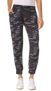 Спортивные брюки-скинни из крепа с камуфляжным принтом Monrow