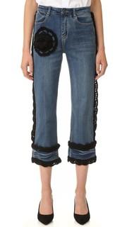 Укороченные джинсы со связанной крючком отделкой Michaela Buerger